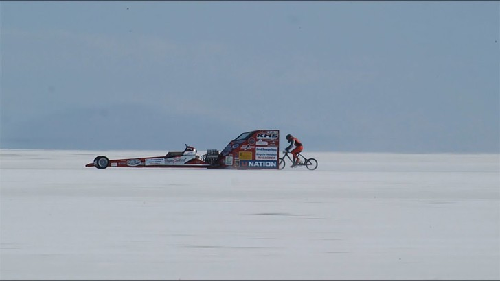 Фото №1 - Девушка едет на велосипеде со скоростью 295 км/ч (видео)