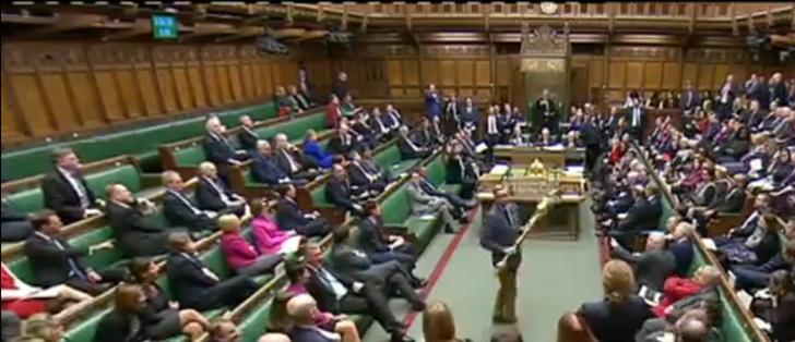 Фото №1 - Британский политик попытался стащить символ королевской власти (видео)