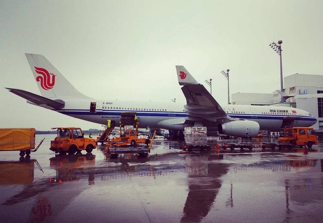 В Китае вылет самолета задержали из-за пассажирки, бросившей в двигатель горсть монет