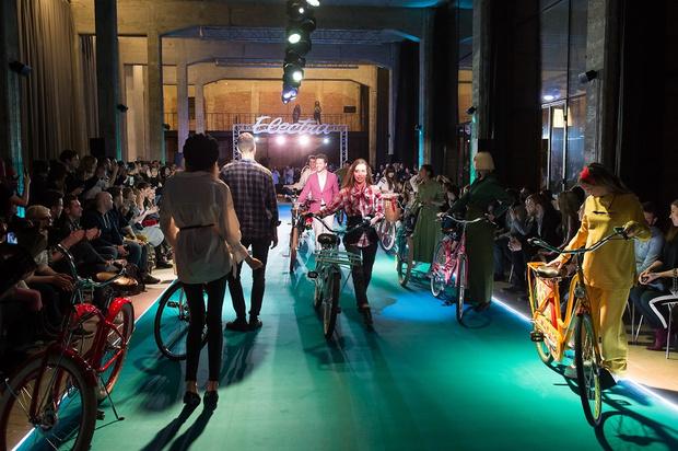 Фото №1 - Подиум для велосипедов: модный показ Electra по случаю 25-летия бренда