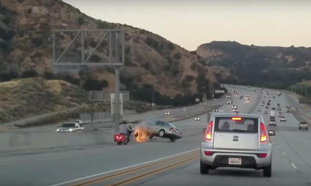 Фото №1 - Видеокамера засняла, как разъяренный мотоцикл бодается с автомобилем!