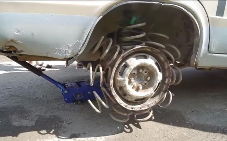 Фото №1 - Посмотри, что будет, если автопокрышку заменить на пружину! (Эпичное ВИДЕО)