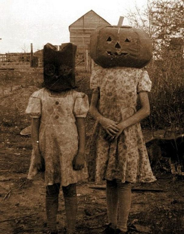 Фото №7 - Самые жуткие ретрокостюмы на Хеллоуин!