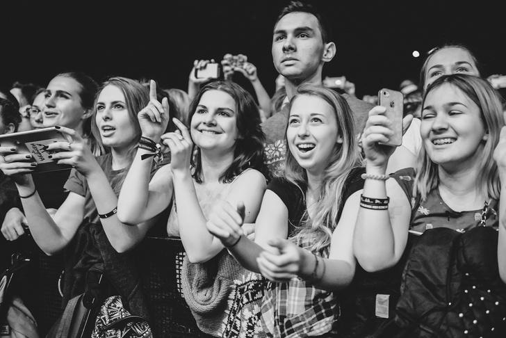 Фото №13 - «Один кучерявый — хорошо, трое — вообще огонь!» Что творилось на московском концерте The Kooks