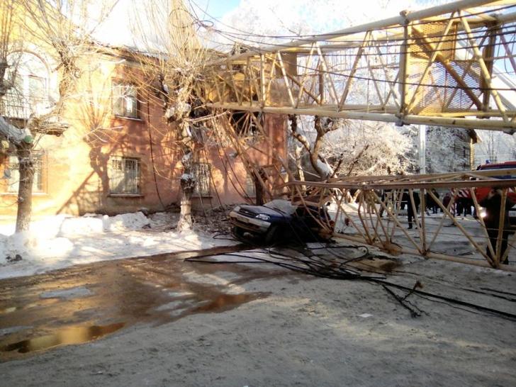 Фото №1 - Башенный кран упал прямо на жилой дом! Разрушительные ВИДЕО и ФОТО