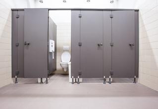 Наука выяснила, какая из кабинок общественного туалета самая чистая! Надеемся, тебе это пригодится