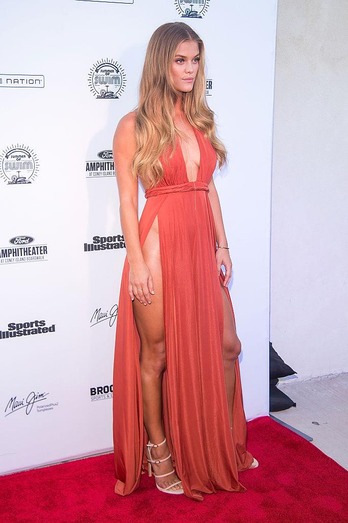 Фото №6 - Знаменитости поддержали новый тренд «вагино-платья»!