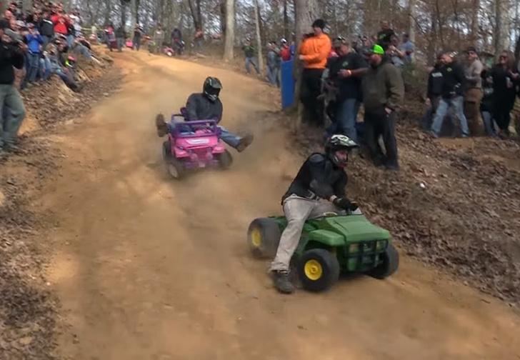 Фото №1 - Только для настоящих мужиков: гонки на машинках для «барби» (ВИДЕО!)