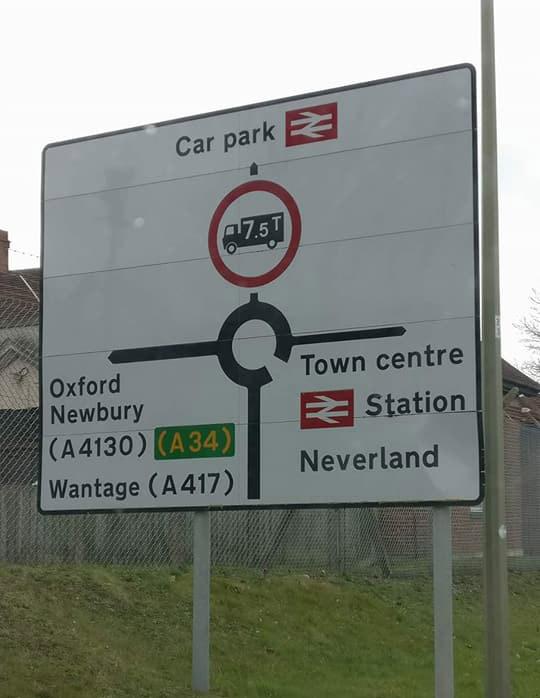 Фото №3 - На дорожных знаках в Англии появились указатели на Средиземье, Готэм и другие выдуманные места