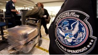 Американку оштрафовали на 500 долларов за яблоко из самолета