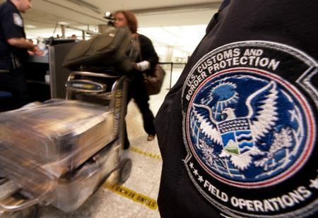 Американку оштрафовали на $500 за яблоко из самолёта
