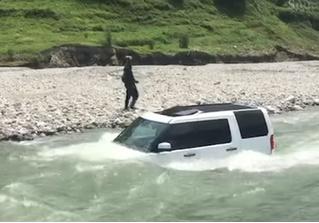 Мужик решил сэкономить на мойке своего Land Rover, и быстро пожалел! Поучительное ВИДЕО
