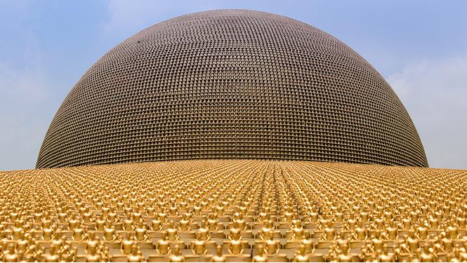 Секта буддийских миллионеров из Таиланда принимает туристов в своем храме