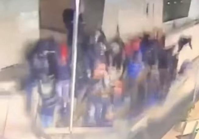 Фото №1 - Балкон обрушился прямо под ногами толпы! (сокрушительное ВИДЕО)