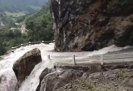 Думаешь, в России дороги плохие? В Непале кто-то проложил дорогу через водопад! (ВИДЕО)