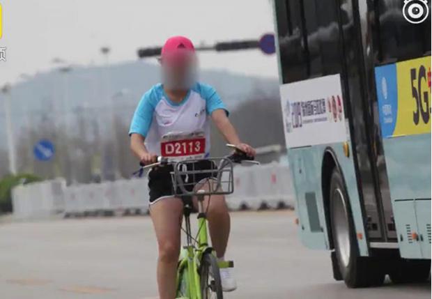 Фото №1 - В Китае участницу марафона пожизненно отстранили от соревнований за использование в пути велосипеда