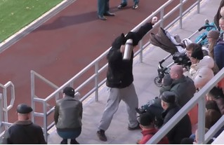 Фанат на матче по регби ловко отбил летящий мяч термосом и спас ребенка от увечий (видео)