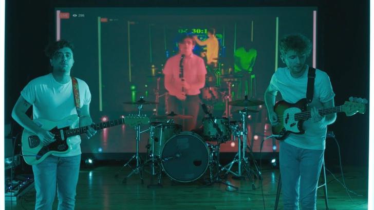 Фото №1 - Группа записала клип, десяток раз сыграв с самими собой в прошлом (ВИДЕО)