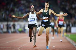 Кенийский бегун выиграл забег, потеряв туфлю