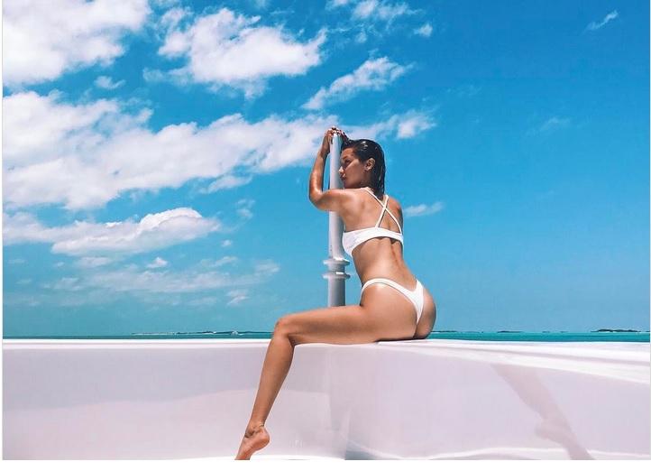 Фото №1 - «Трусики не по размеру» — пляжный тренд от голливудских знаменитостей!
