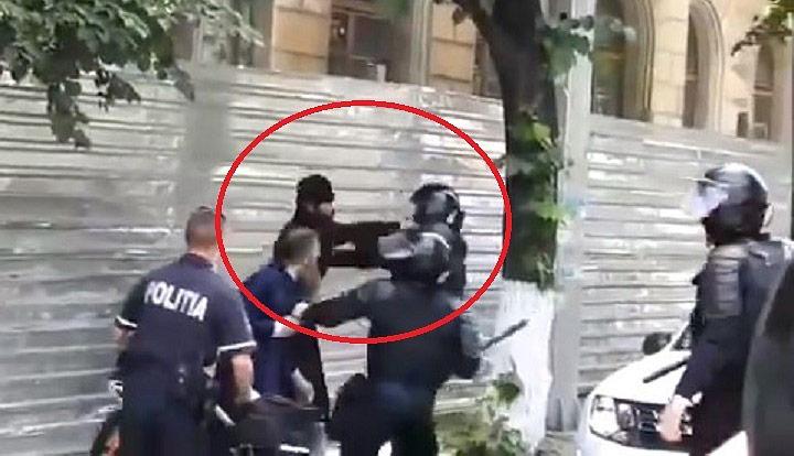 Фото №1 - Священники подрались с полицейскими на гей-параде в Кишиневе (ВИДЕО)