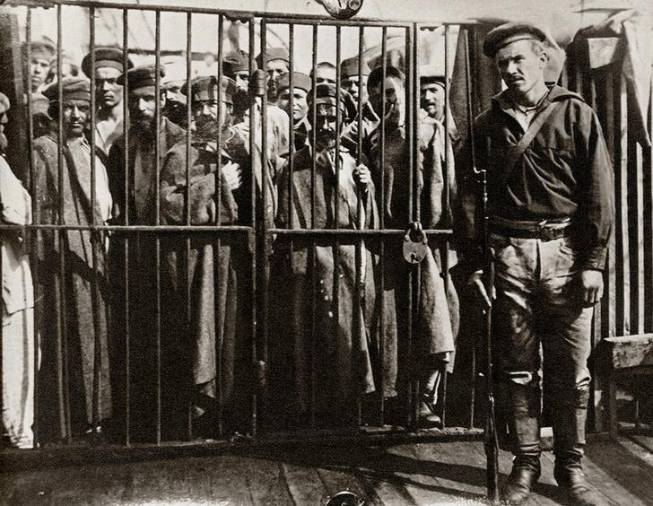 Клетка сзаключенными на пароходе «Петербург», следующем на Сахалин, 1890год