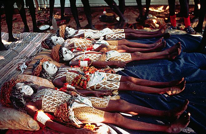 Австралийские аборигены раскрашены к обряду обрезания
