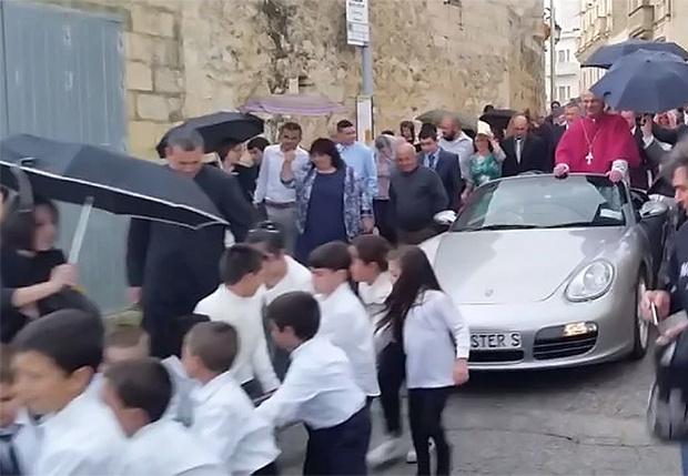 Фото №1 - Мальтийские дети волокут автомобиль с архиепископом (видео)