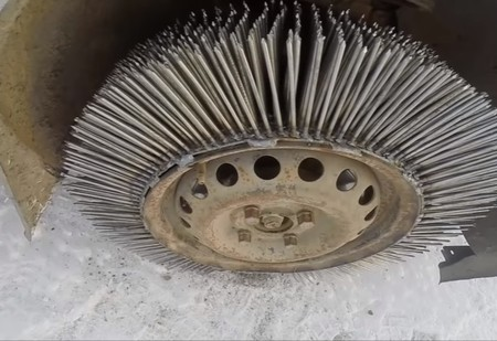 Мужики приварили автомобилю 3 000 гвоздей вместо покрышек и попробовали прокатиться (видео)