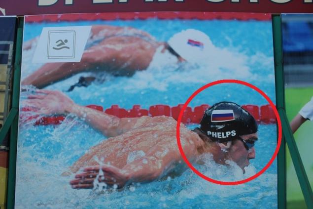 Майклу Фелпсу на шапочке кокетливо пририсовали российский флаг