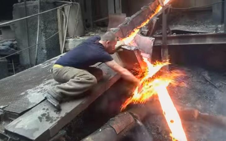 Фото №1 - Жаропрочный «русский», окунающий руку в струю кипящего металла, потряс Интернет (снова)! ВИДЕО
