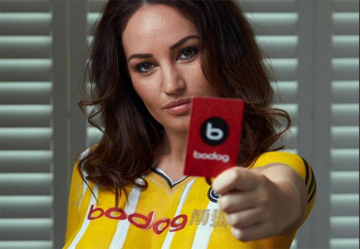 Фото №1 - Потрясение дня: обнаженная модель вышла на люди в форме футбольного клуба