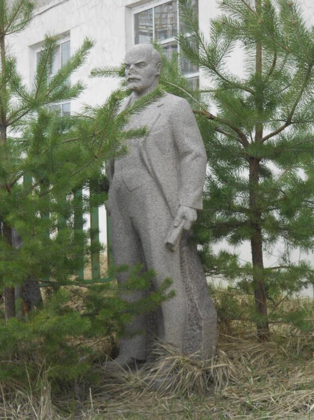 Фото №1 - Самые дурацкие памятники Ленину