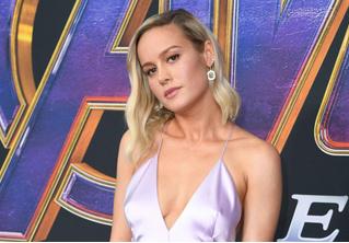 Бри Ларсон появилась на премьере «Мстителей», и ее наряд — настоящий спойлер