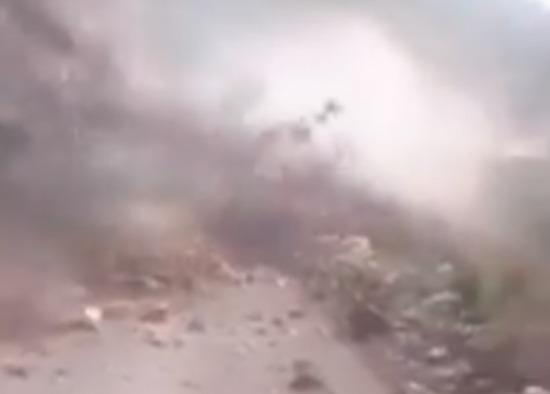 Фото №1 - Женщину сносит с дороги мощным камнепадом (трагическое ВИДЕО)
