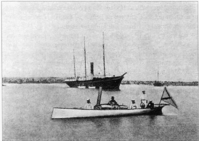 Минный катер «Чесма», на заднем плане пароход «Великий князь Константин» (фото 1877 года)