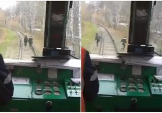 Машинист неожиданно дал гудок, чтобы напугать идущих по рельсам девушек! Их реакция — на ВИДЕО