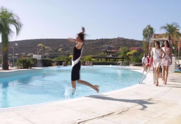 Фото №1 - Самое эффектное падение года! Участница конкурса красоты свалилась в бассейн во время дефиле! (ВИДЕО)