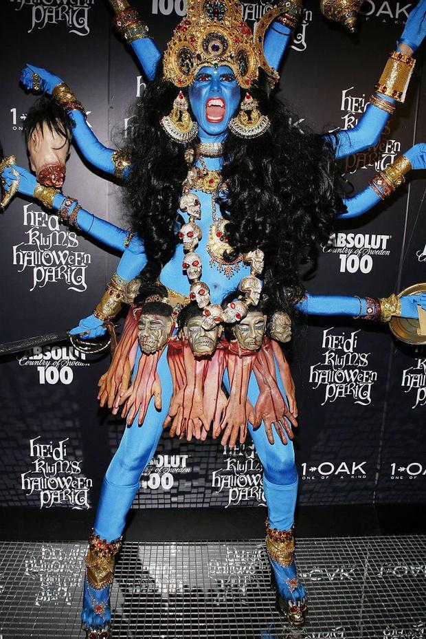 Фото №2 - 5 костюмов знаменитостей на Хеллоуин, которые оскорбили чувства всех