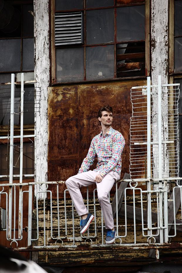 Рубашка Desigual, брюки Marciano, кеды Kenzo