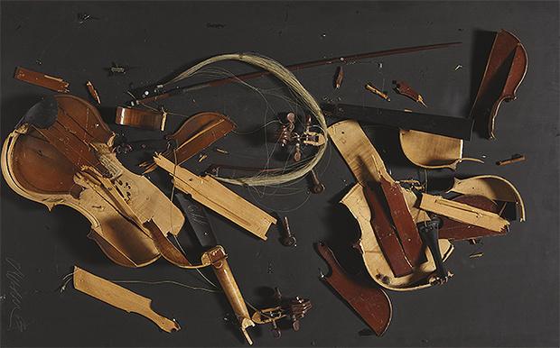 Фото №1 - Разозленная женщина уничтожила бесценную коллекцию музыкальных инструментов бывшего мужа