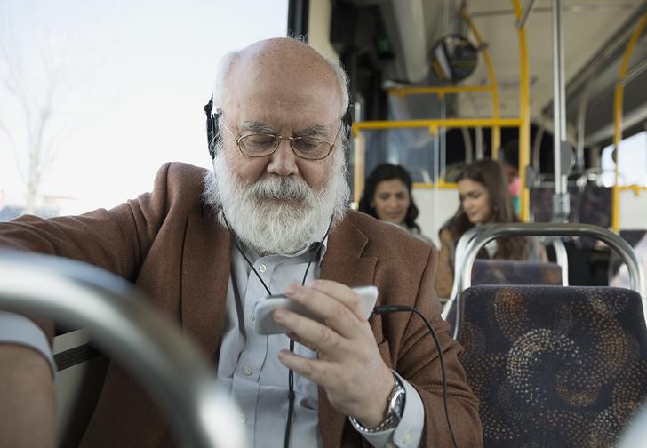 Фото №1 - Ученые рекомендуют не уступать пожилым людям место в транспорте