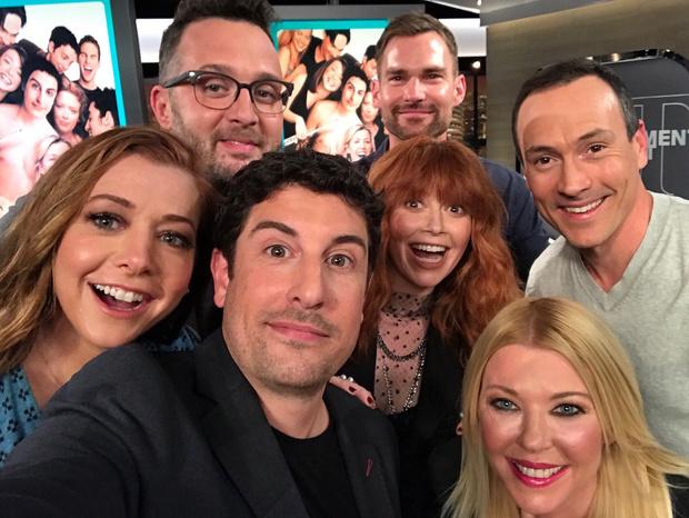 Фото №2 - Фото дня: актеры из «Американского пирога» встретились, чтобы отпраздновать 20-летний юбилей фильма