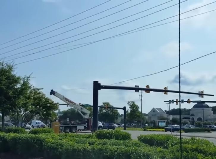 Фото №1 - Автокран задевает электрические провода и сносит знак. Деструктивное видео