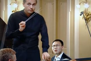 Пианист на конкурсе Чайковского вдруг понял, что он и оркестр играют разные произведения. Ты бы видел его лицо (видео)
