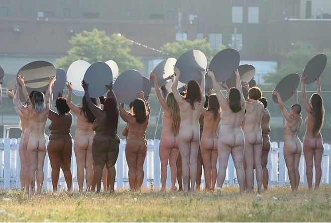 Такая политическая борьба нам нравится: 100 голых женщин против Дональда Трампа!