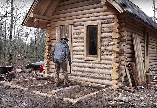 Фото №1 - Канадец показывает, как он построил дом в лесу без бензопилы и перфоратора (видео)