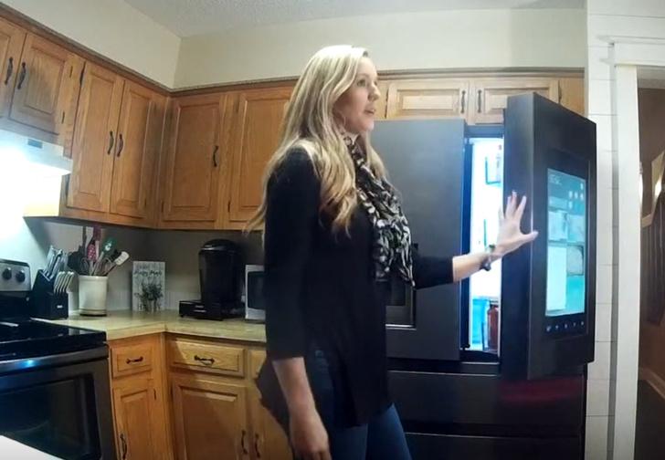 Фото №1 - Семья купила такой навороченный холодильник, что теперь его никто не может починить
