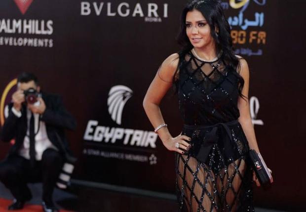 Фото №1 - Египетскую актрису могут посадить с тюрьму за слишком откровенное платье
