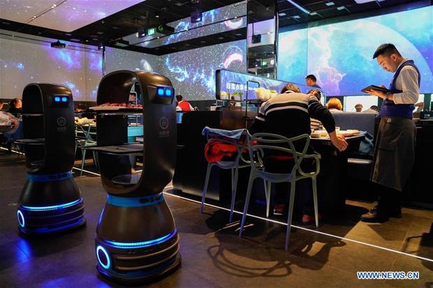 Фото №1 - Как работает ресторан с роботами-официантами в Пекине (галерея)